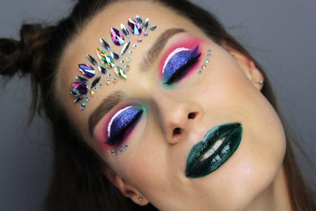 festival vibes - kolorowy makijaż festiwalowy
