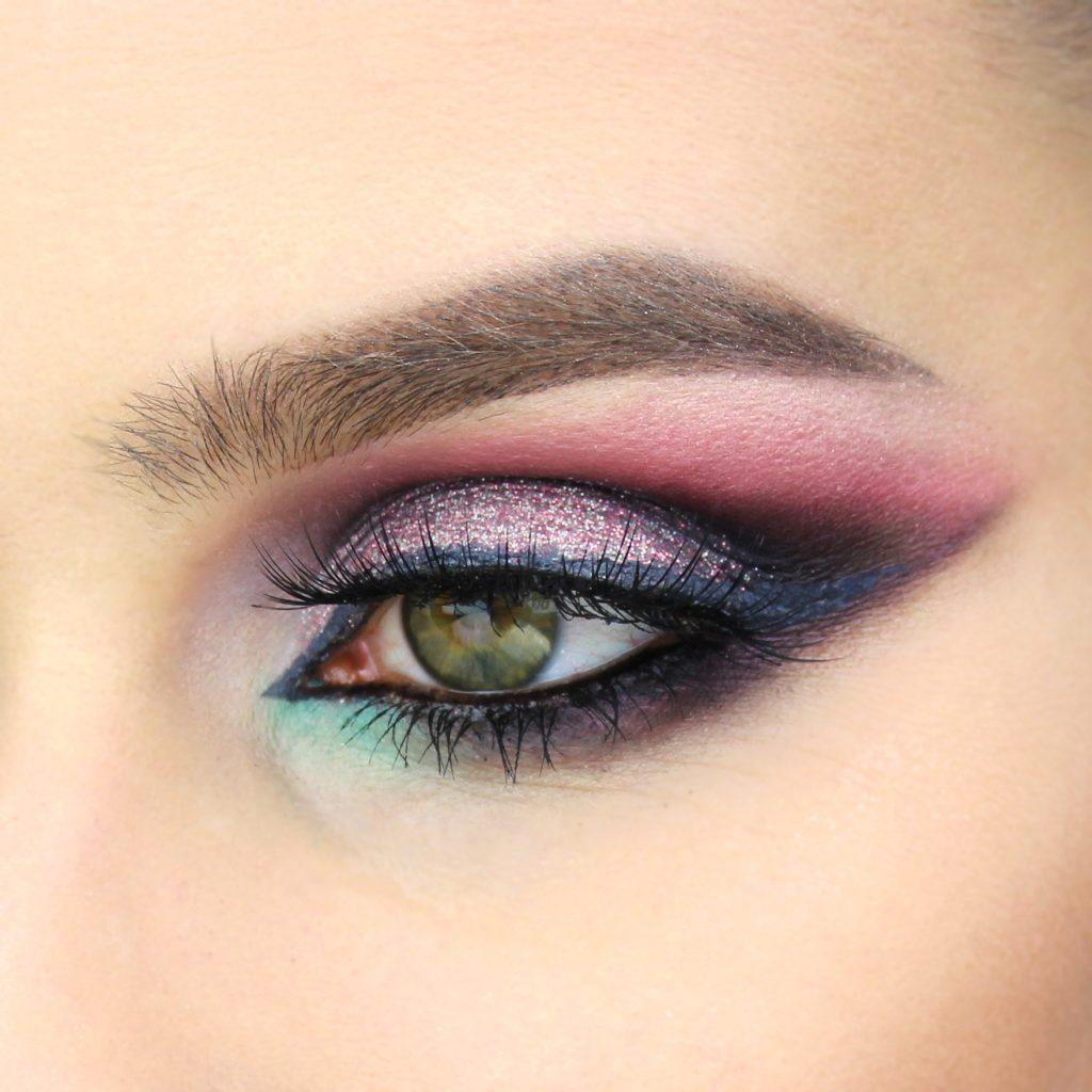 Kolorowy makijaż cut crease. Zieleń, róż i fiolet to piękne, intensywne połączenie.