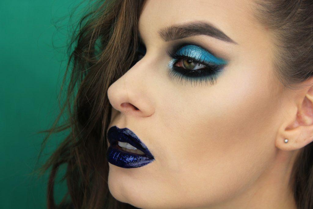 Grunge look, makeup look, dark lips, dramatic eye look