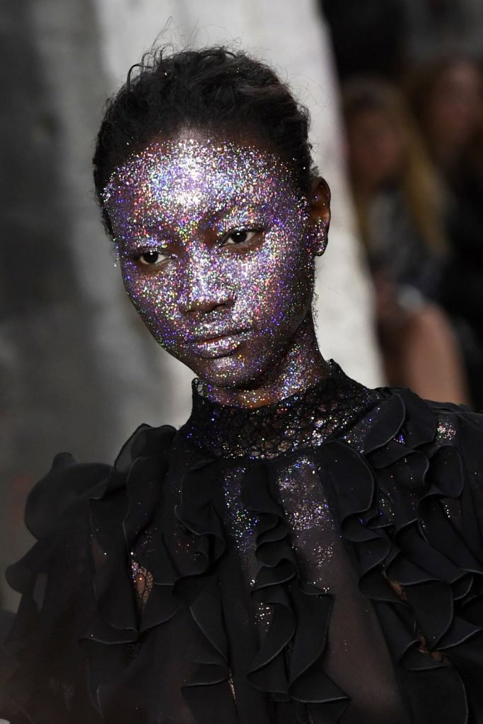 trendy w makijażu Giambattista Valli glitter makeup trends fall winter 2018