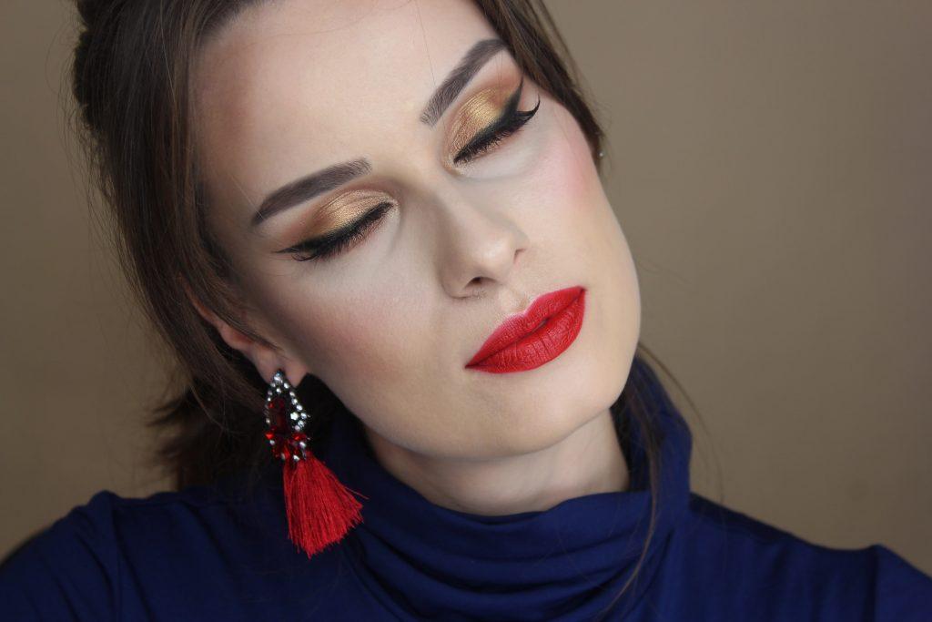 Makijaż na święta złoto czarna kreska czerwone usta