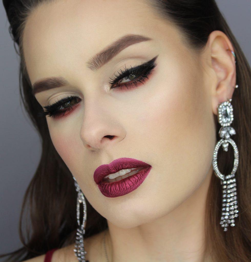 Walentynki last minute - elegancki makijaż z czarną kreską i czerwonymi ustami